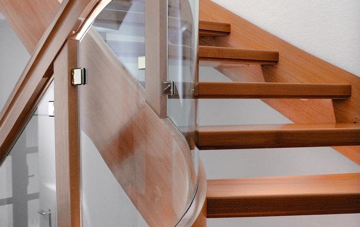 buchenholztreppe-mit-glasfuellung