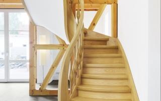 eichenholztreppe-in-laendlichem-stil