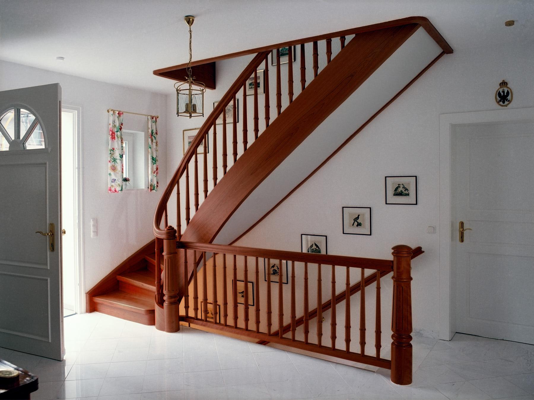 gewendelte-treppe-aus-französischem-kirschbaum