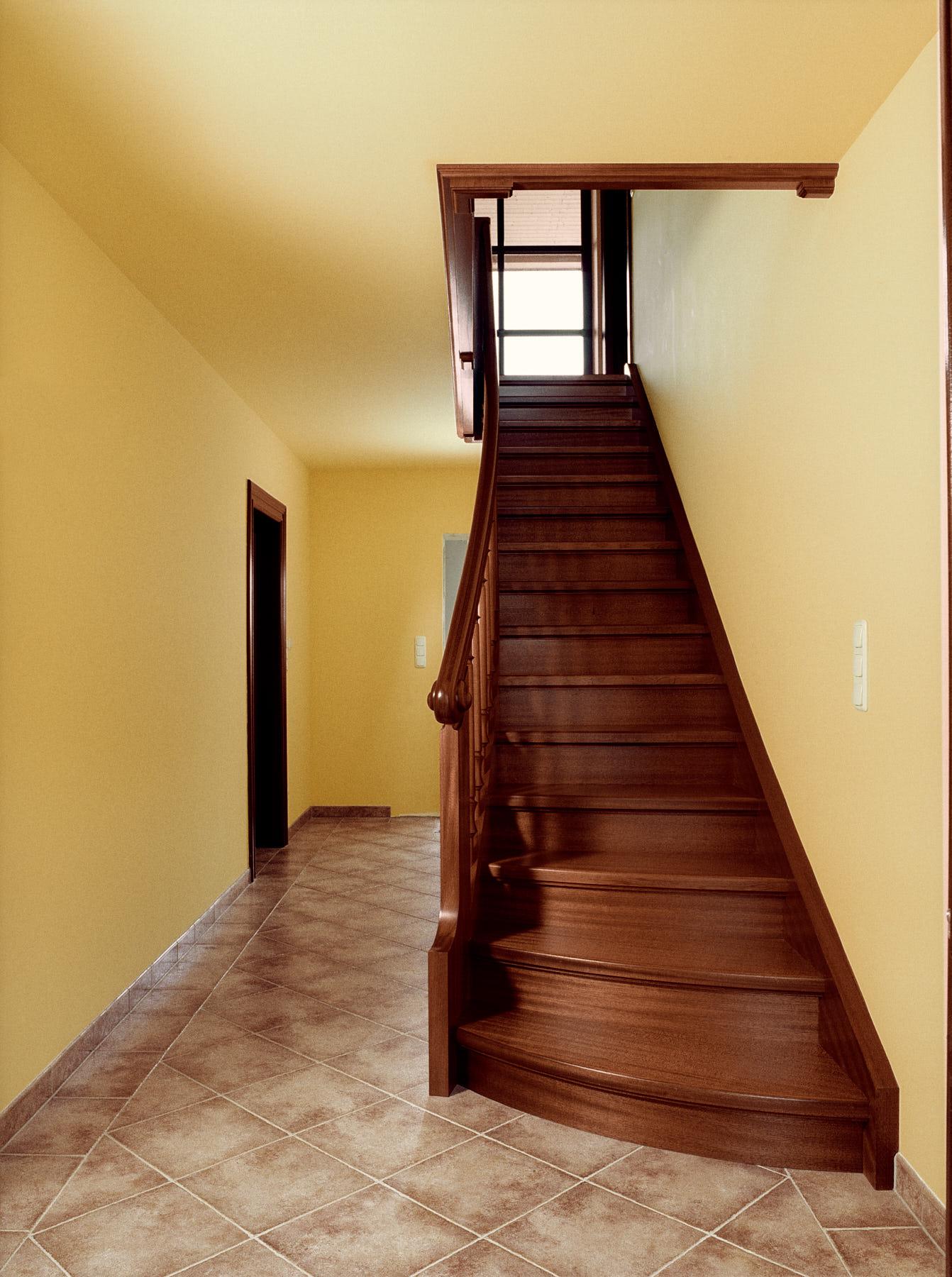treppe-aus-edlem-mahagoniholz