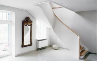 weisse-treppe-mit-trittstufen-aus-laerchenholz