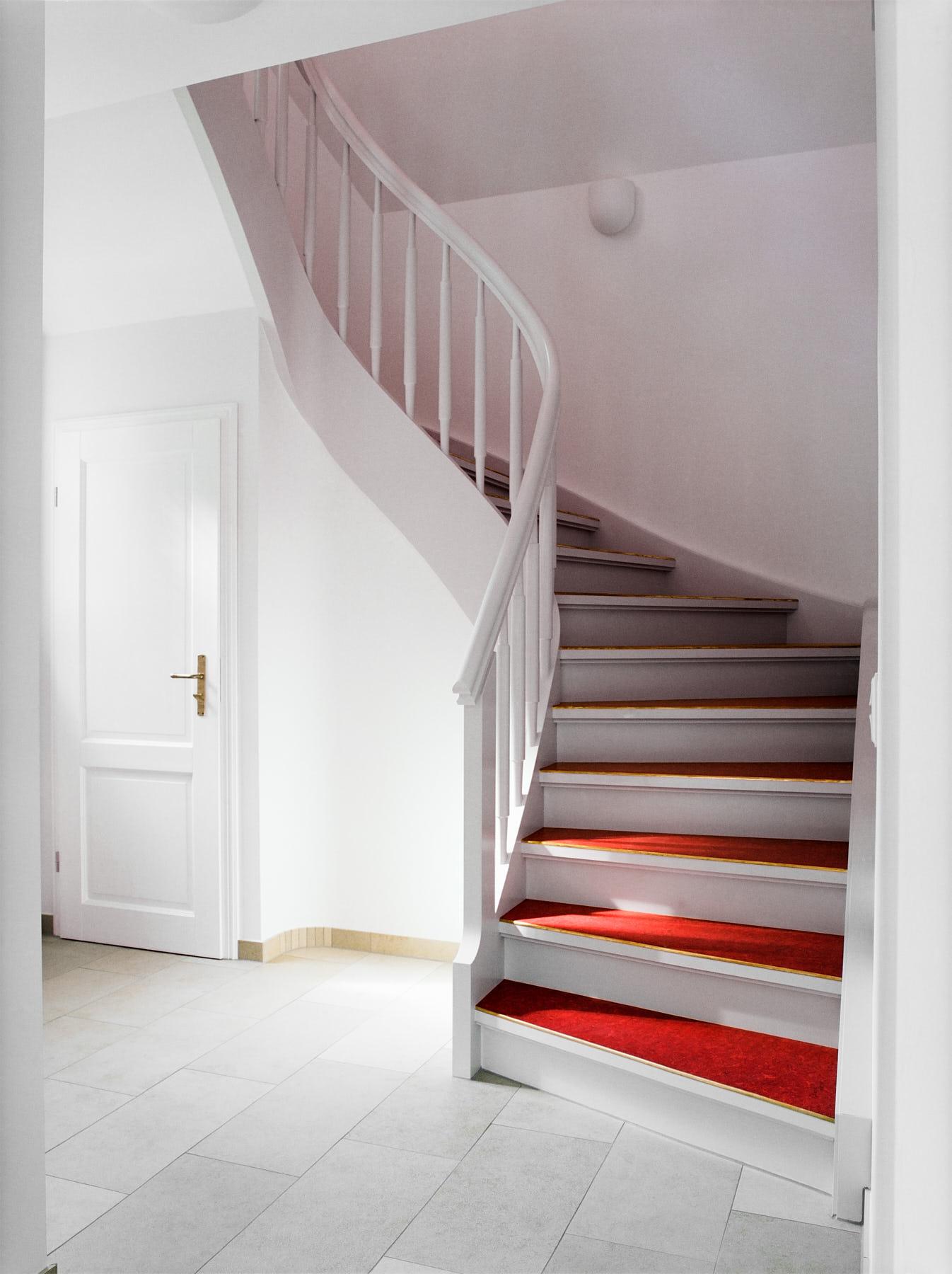 Hervorragend weisse-treppe-mit-rotem-linoleum-1 - Daniel Beutler Treppenbau AB51