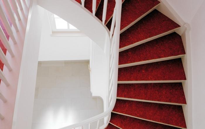 weisse-treppe-mit-rotem-linoleum