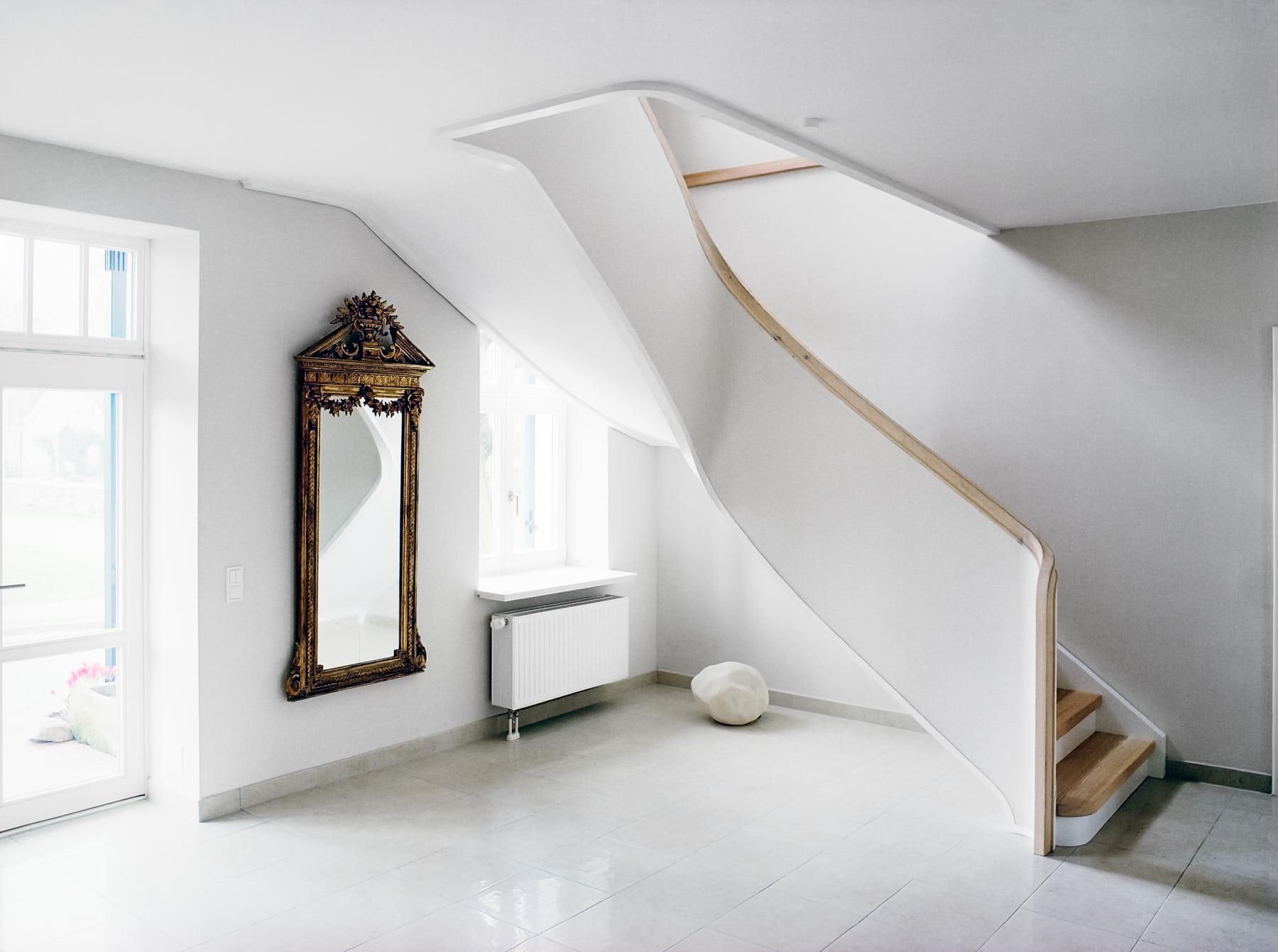 weisse treppe wei e treppe mit trittstufen aus l rchenholz daniel beutler. Black Bedroom Furniture Sets. Home Design Ideas