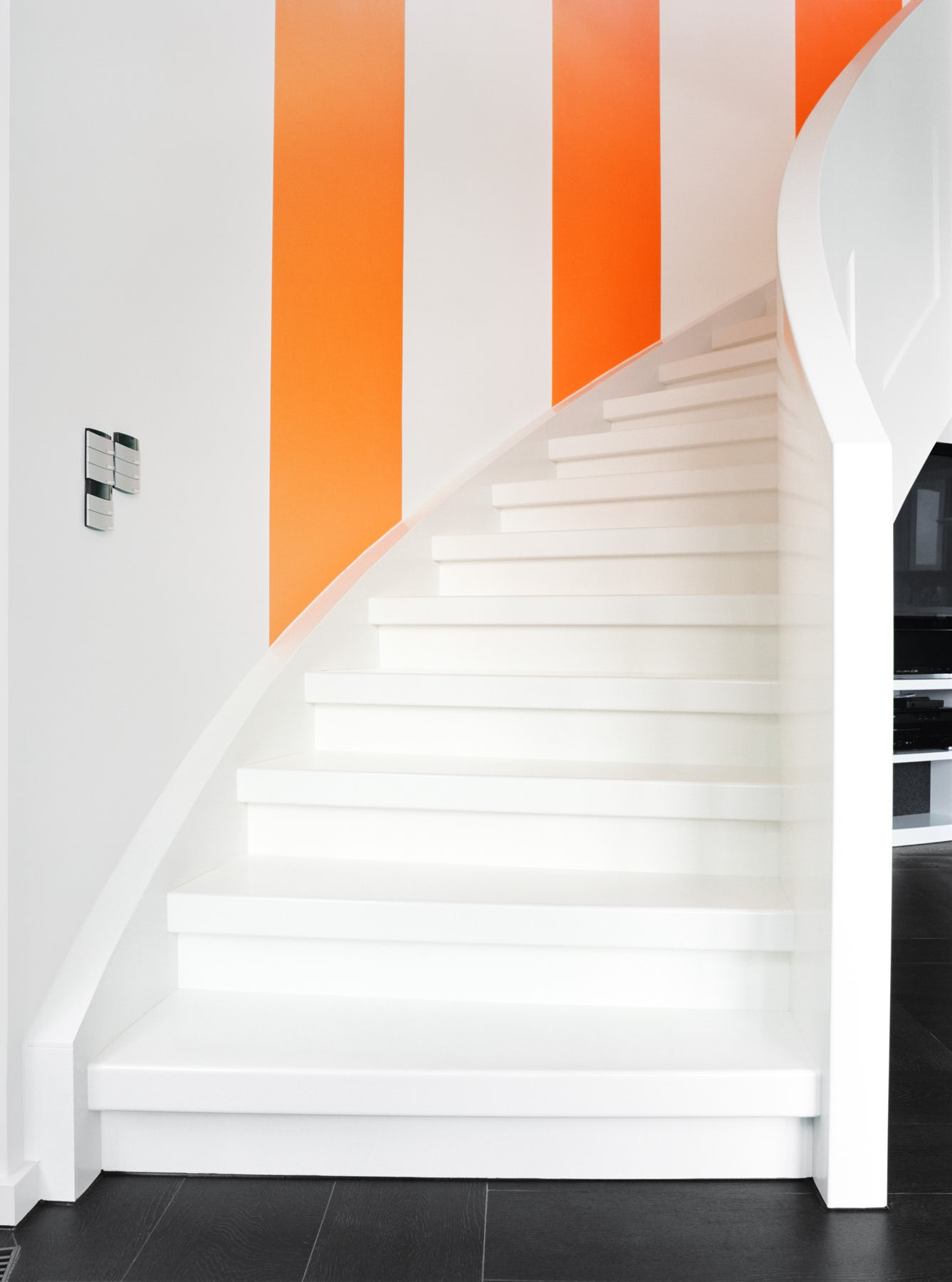 wei e treppe mit klaren formen daniel beutler treppenbau. Black Bedroom Furniture Sets. Home Design Ideas