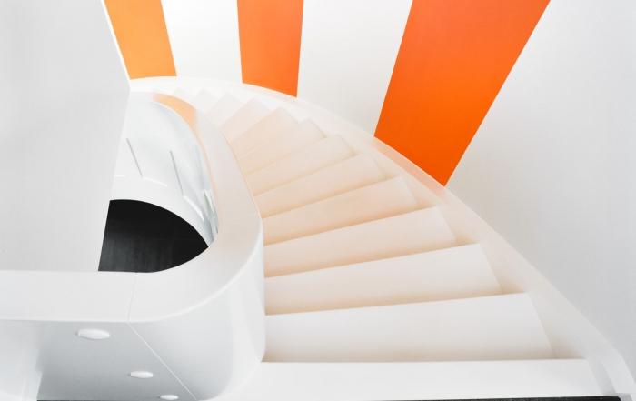 weisse-treppe-mit-klaren-formen