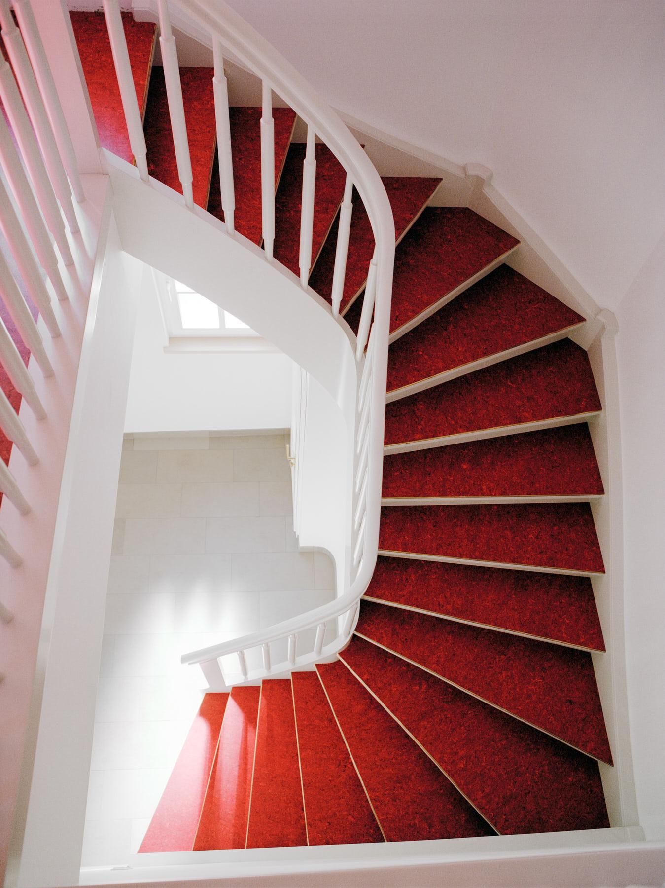 wei e treppe mit rotem linoleum daniel beutler treppenbau. Black Bedroom Furniture Sets. Home Design Ideas