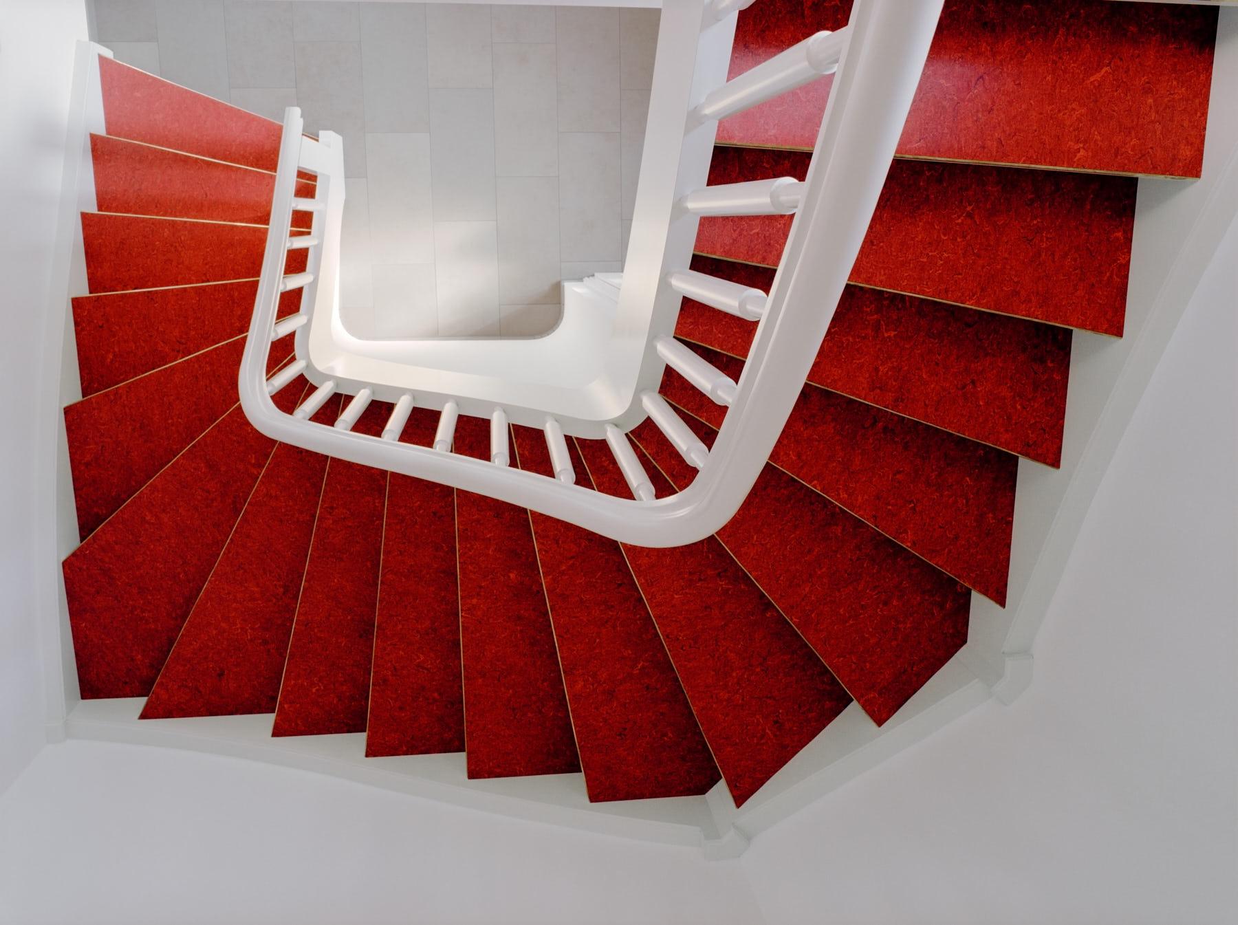 weiße-treppe-mit-roten-linoleum